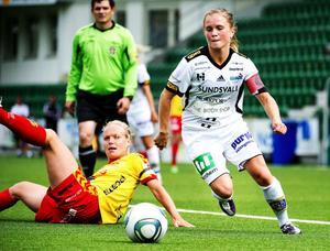 Lagkaptenen Julia Bhy var duktig som vanligt. Här rundar hon Tyresös rutinerade mittfältare Elin Ekblom Bak. Tränare Carström plussade för Bhys förmåga att våga hålla i bollen.