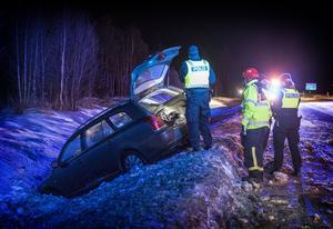 En bil körde på tisdagskvällen i diket på E14 i höjd med Lugnvik.