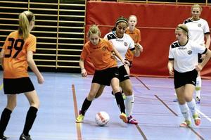 Jämn match. Det var en tät och jämn match som flickorna i Hovsta/Rynninges och ÖSK:s -00-lag bjöd publiken i Närlundahalen på i onsdags. När slutsignalen gick stod ÖSK-tjejerna som segrare med 1-0. Foto: Göran Kempe