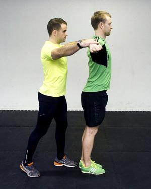 4. BasebollrotationStå med armarna sträckta rakt fram och ut från kroppen, ha neutral hållning och lätt böjda ben. Din kompis pressar dina armar åt sidan medan du håller emot. På tillbakavägen pressar du tillbaka armarna medan kompisen håller emot.Du tränar: Mage, höfter, axlar, bröstrygg.