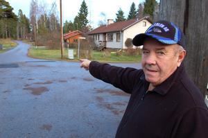 Mats Böhlin pekar på vägkorsningen där älgkon jagade två vargar.