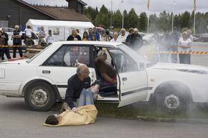 """Olycka. Händelseförloppet vid en olycka visades upp när MHF i Gävle anordnade en """"olyckslördag"""" i går. Räddningstjänst och Röda korset fanns med på platsen för att visa besökarna vad de kan vänta sig på en olycksplats."""