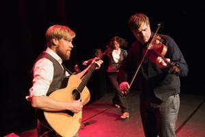 Magnus Zetterlund och Anders Nygårds varvar traditionella melodier med nykomponerade låtar. Foto: Per Eriksson