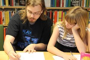 Mats Hjertkvist gav tips och råd hur man kan teckna manga-figurer i både biblioteken i Alfta och Edsbyn.
