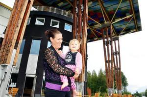 Politiskt intresserad. Nu har Åsa Andersson Sandberg beslutat sig för att bo och leva i Grythyttan. När hon nu blivit mamma till Vega tycker hon det är viktigt att engagera sig i samhället. Hon besöker ofta restauranghögskolan för att knyta kontakter och påverka studenter att stanna på orten.