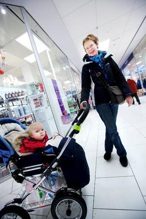 Monica Wåhlén, med barnbarnet Louise:– Jag skulle nog gå ner i arbetstid, för att få mer tid över till fritid och barnbarn. Sen skulle jag vilja resa mer. Jag köper en Trisslott någon gång ibland, men än så länge har det bara blivit småpengar.