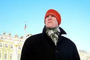 Foto: JIMMY MORÉN Ryssland 2002. Erik Hjelm från Gävle har gjort en spikrak karriär och blev redan vid 20 års ålder stationerad generalkonsulatet i S:t Petersburg. Här ses han utanför stadens historiska byggnad, Vinterpalatset.