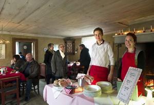 Mattias Olsson och Linda Olsson skötte serveringen vid hembygdsgården.