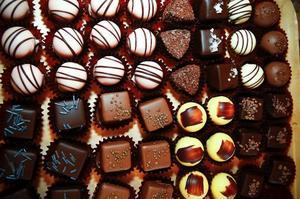 Varje torsdagseftermiddag bjuder chokladmakaren Tina Miinin på choklapraliner i Alsens Chokladverkstad i Helleberg.