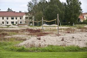 Var god röj. Kommunen ska hjälpa till att snygga till beachvolleyplanerna i Kolbäck.