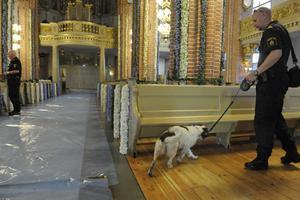 Storkyrkan genomsöks av polis och hund på jakt efter förbjudna eller farliga saker.
