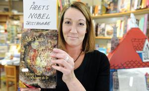 Helins bokhandel hade en bok hemma av Nobelprisvinnaren Mo Yan. Den såldes direkt. Men under torsdagen fick Maria Helin låna den och ha den i butikens skyltfönster.