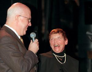 Gitta Sereny får Guldpocket-priset för bästa facklitteratur i Stockholm 1999 av Expressens chefredaktör Staffan Thorsell. Hennes belönade bok är
