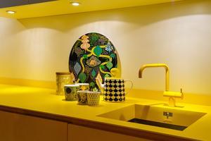 Det gula köket utgick från en gul blandare som Camilla hittat - luckor och bänkskiva lackerades sedan i samma nyans. På bänken står Littlephant-porslin.