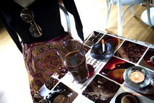 Historisk resa. Typiska kaffetanter från olika epoker går att finna under uställningen i Capellet i Söderbärke. Foto:Karin Rickardsson
