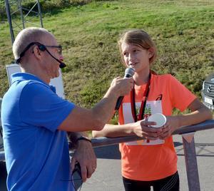 Segrare i tjejklassen på 2,1 kilometer var Ella Sennblad från Hedemora. Här intervjuad av Peter Lidholm.