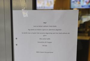 McDonalds satte upp en lapp om att man inte serverade vattenbaserade drycker med anledning av vattenläckan i Gävle.