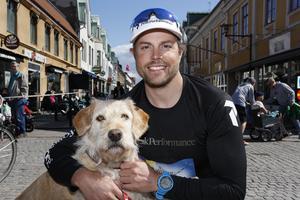 Hunden Arthur med husse Mikael Lindnord.