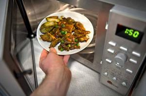 Testfaktas test av mikrovågsugnar visar på stora skillnader i prestanda. Sju olika modeller i prisklassen 500 till 1500 kronor har testats med avseende på uppvärmnings- och upptiningsförmåga av olika typer av maträtter.