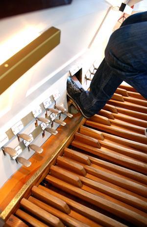I vanliga fall använder Crescenzo Grifone speciella skor som är tunnare och mer känsliga när han spelar orgel.