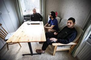 Lägenheterna är spartanskt inredda, men helt funktionell standard. Här Mårten Anderstig, Ahmed Jaafar och Imad Ibrahim.Foto: Susanne Kvarnlöf