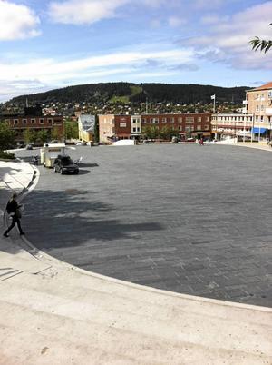 Signaturen hoppas att kommunen har lärt sig nåt om döda ytor efter ombyggnaden av Stortorget.
