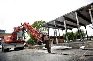 Byggstart. Arbetet med att bygga upp idrottshallen i Vivalla har satt i gång. I vår räknar man med att vara klar.