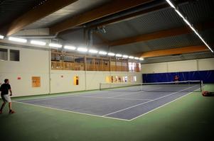 Kommunen har nyligen tagit över Borlänge tennishall. Nu utreds en försäljning.