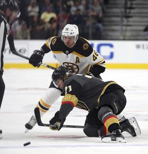 William Karlsson, på knä, i en duell med Bostons David Krejci.