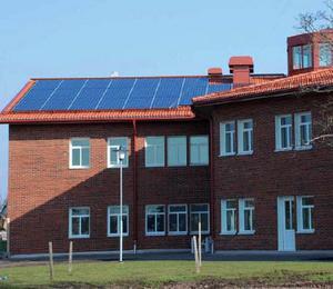 Förebilden Vargbroskolan i Storfors med solceller på taket. Foto: Vargbroskolan