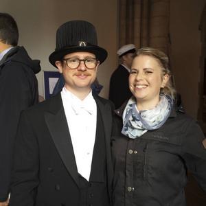 Joakim och kusinen Sara vid disputationen i Uppsala – det sista steget på Joakims doktorandresa.