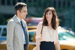 Walter (Ben Stiller) och Cheryl (Kristen Wiig) jobbar båda på fototidningen Life magazine, som blir nedläggningshotad samtidigt som han tvingas ge sig ut på jakt efter ett försvunnet negativ.