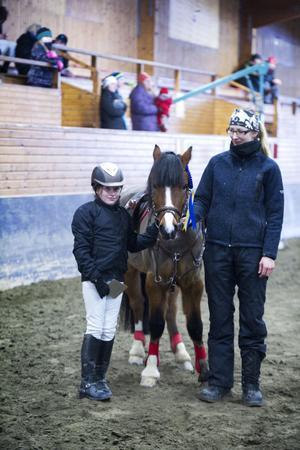 Emma Eriksson och hennes ponny Thers Hey Hustler samt lagledaren Cilla Mårtensson.