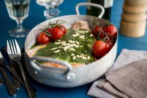 Ugnsbakad laxsida med citron- och örtpesto är en perfekt bjudrätt som är lätt att laga.   Foto: Christine Olsson/TT