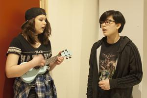 Maja Wilkes och Amelie Larsson kommer uppträda med ukulele och sång på konserten.
