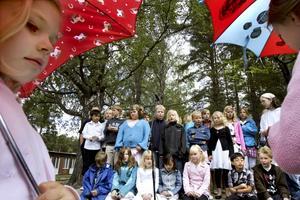 """""""Det är för varmt, jättevarmt"""". Så sjöng kören på skolavslutningen i Årsunda. Det var inte varmt på onsdagen men alla barnen på Årsunda kyrkskola har nu ett långt sommarlov med många solchanser framför sig."""