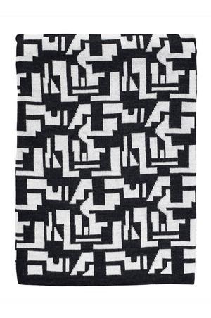SVARTVIT. Den finstickade pläden i svart och vitt mönster kostar 999 kronor hos Ellos.