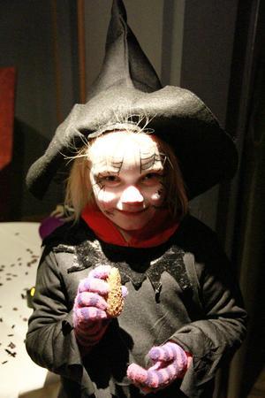 Även en häxa kan behöva en magisk guldkotte! Svea Rålund från Hudik gick på sin första spökkväll på Järvzoo.