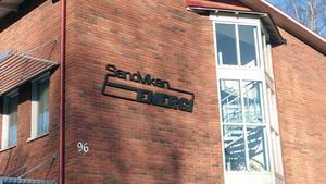 Först efter att tidningen kontaktar Sandviken Energi, hålls ett möte om situationen med det missfärgade vattnet.