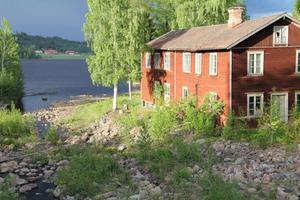 I detta hus var det både färgeri och snickeri. Huset var på väg att spolas i väg under de stora översvämningarna på 80-talet och blev på så sätt rikskänt.