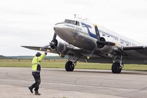 Daisy rymmer 23 personer och hålls i gång av föreningen Flygande Veteraner med säte i Bromma.