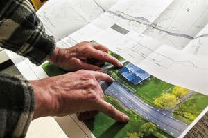 Per-Ola Lundberg visar hur han och hustrun Ewa drabbas, och noterar att Trafikverket inte tar till sig deras förslag att använda busshållplatsen tvärs över vägen för att göra en sväng som gör att gång- och cykelvägen inte påverkar dem, och som sänker trafikhastigheten.