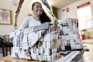 Returkonst. Här är en väska gjord av gamla Arbetarbladet-tidningar.