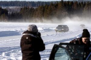 Isåkning. Ett 20-tal ungdomar passade på att testa isåkning vid Norrsjön. Bilarna som användes var försedda med rallydäck.