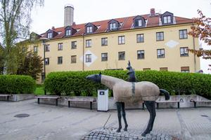 Byggnaden från 1920 måste rivas om det ska byggas nya lokaler för barn- och kvinnosjukvården på Hudiksvalls sjukhus.