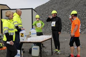Vid vätskekontrollen strax efter backen upp ur gruvan, pustade många av löparna ut en stund, där de bjöds på vatten eller sportdryck av funktionärerna Angelique Bohm och BG Jönsson.