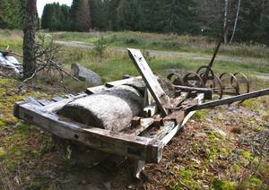 Den sista torparen flyttade från Nödåker i skogen öster om Ramnäs för drygt ett halvsekel sedan.Torpet är sedan länge rivet men än i dag kan den intresserade studera stengrunden,en kvarlämnad trävält och en rostig harv.