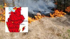 Från SMHI:s hemsida: Den röda färgen på kartan anger stor risk för gräsbrand. Prognosen innebär att fukthalten i fjolårsgräset är så låg att en brand lätt uppstår och sprider sig snabbt.