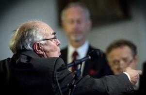 Dirigenten Kenneth Stahre har lett den 16 man starka kören i 36 år.