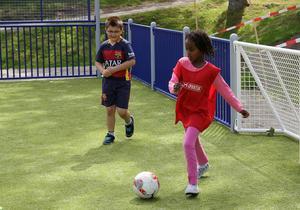 Fotboll är en populär aktivitet.